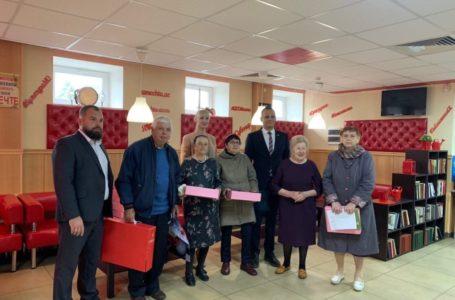 Поздравление юбиляров, жителей Парковского микрорайона, с 80-летним и 85-летним юбилеем со дня их рождения.